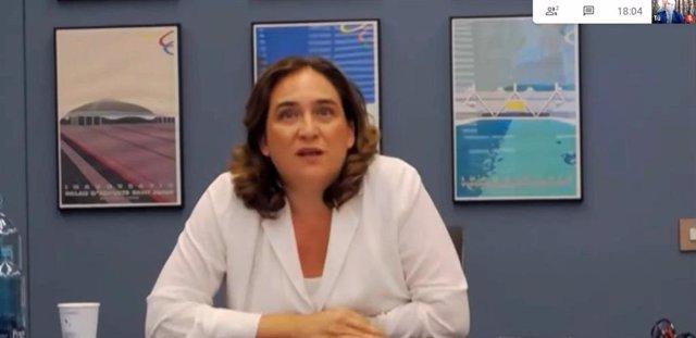 La alcaldesa de Barcelona, Ada Colau, durante la mesa redonda 'El papel de las entidades locales durante la crisis', organizada por la Universidad Internacional Menéndez Pelayo (UIMP), en la que ha participado telemáticamente.