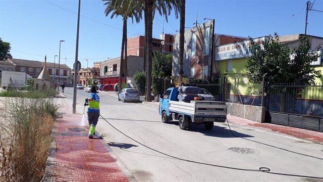 El Ayuntamiento Murcia desinfecta el entorno del local donde el pasado sábado se celebró una boda en la que el novio estaba contagiado