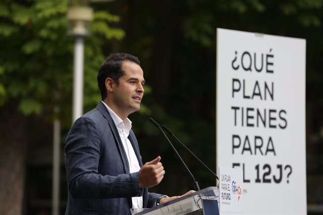 El vicepresidente de la  Comunidad de Madrid, Ignacio Aguado, se dirige a los asistentes durante la clausura del acto de cierre de campaña de la coalición PP+Cs, en el quiosco de la Florida, en Vitoria / Álava / País Vasco (España), a 10 de julio de 2020.