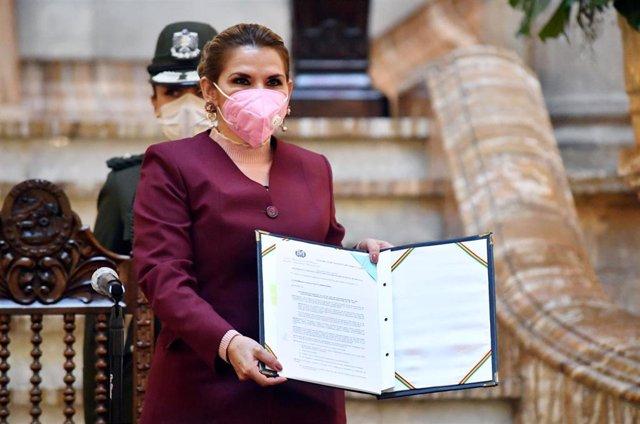 La presidenta interina de Bolivia, Jeanine Áñez, tras firmar la ley electoral que fija el 18 de octubre como fecha límite para que se celebren las próximas elecciones generales.