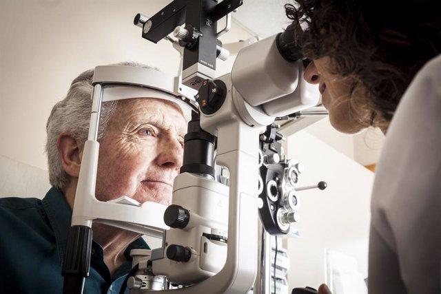 Óptico-Optometrista revisando la vista a un paciente mayor.