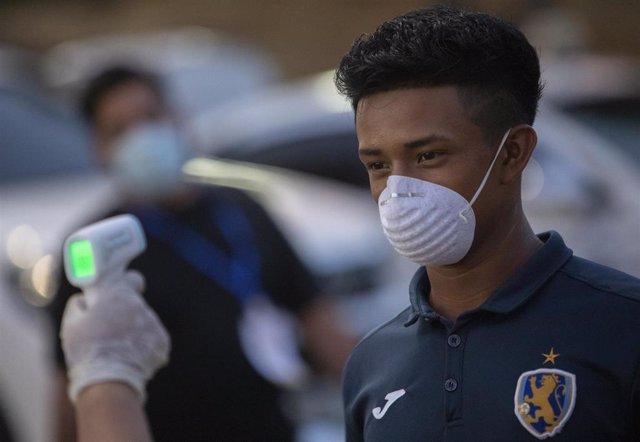 Control de temperatura por la pandemia de coronavirus a un jugador de un equipo de fútbol de Nicaragua