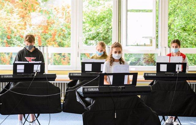 Estudiantes en una clase de música en Alemania en el arranque del año escolar