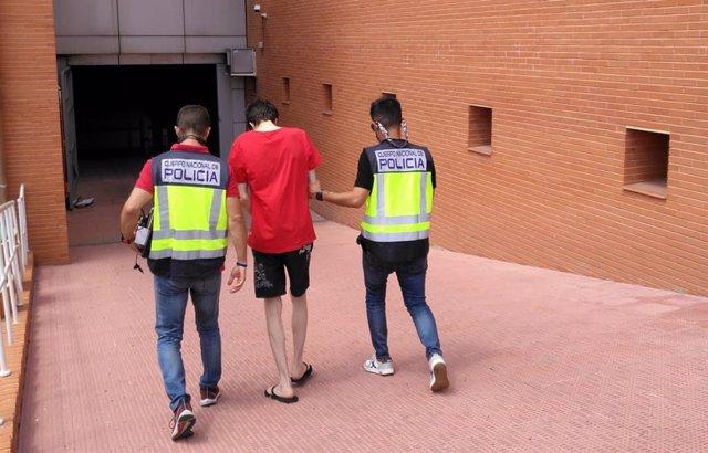 El joven detenido conducido por los agentes