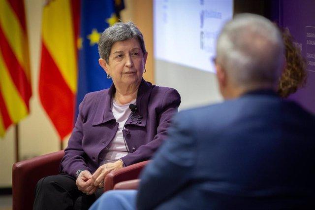 La delegada del Gobierno en Cataluña, Teresa Cunillera; y el periodista y moderador del diálogo, Xavier Sardà, durante el Diálogo sobre 'Mujer y política' con la presidenta del Congreso de los Diputados, Meritxell Batet, en Barcelona/Catalunya (España) a