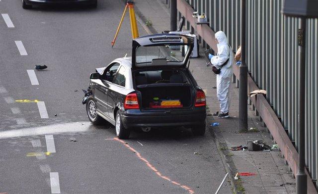 Un forense analiza uno de los coches implicados en el incidente en una autopista de Berlín