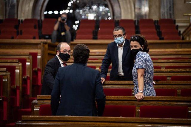 """La portaveu del PSC en el Parlament, Eva Granados (1d); i el primer secretari del PSC, Miquel Iceta (1i), xerren abans d'un ple extraordinari en el Parlament per debatre sobre """"la situació política creada per la crisi de la monarquia espanyola"""""""