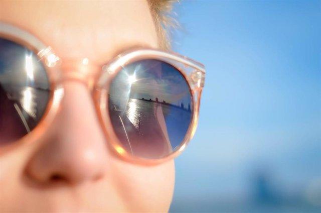 Una de cada tres personas adquiere las gafas de sol en canales sin regulación sanitaria.