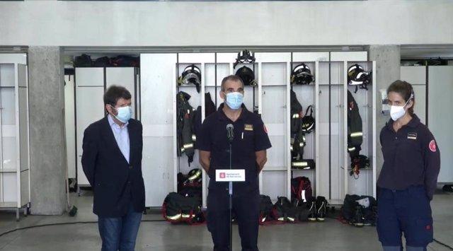 El tinent d'alcalde de Seguretat de Barcelona, Albert Batlle; el director de Bombers de Barcelona, Sebastià Massagué, i la cap de guàrdia de Bombers Barcelona, Clara Latorre, en roda de premsa.