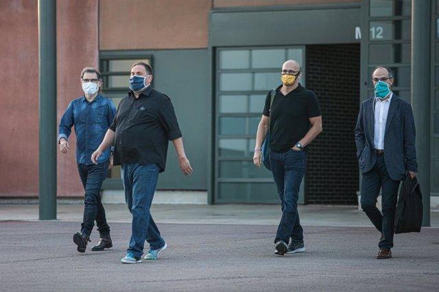 El presidente de Òmnium Cultural, Jordi Cuixat (izquierda); el líder de ERC, Oriol Junqueras; y los exconsellers Raül Romeva y Jordi Turull (derecha) salen a las 6.55 horas de la mañana de este viernes de la prisión de Lledoners