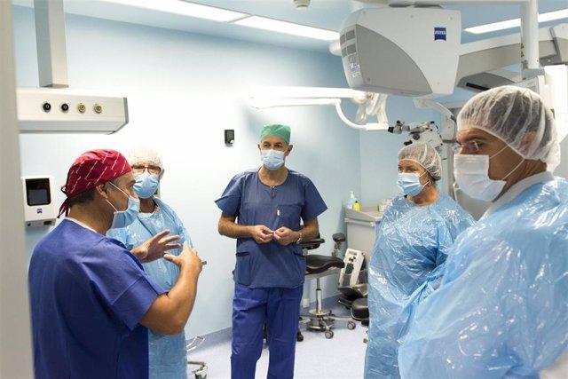 La consellera de Salud y Consumo, Patricia Gómez, en su visita a los nuevos quirófanos de oftalmología en Son Llàtzer.