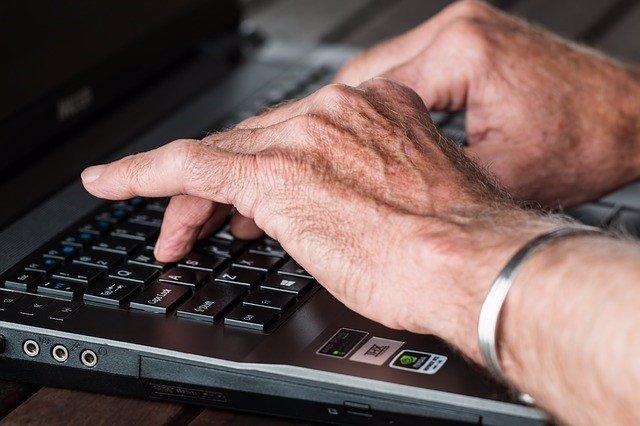 Manos de persona mayor, artrosis, artritis