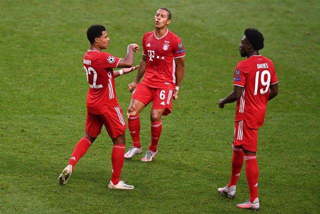 Serge Gnabry celebra el priemr gol del Bayern junto a Thiago Alcántara y Alphonso Davies