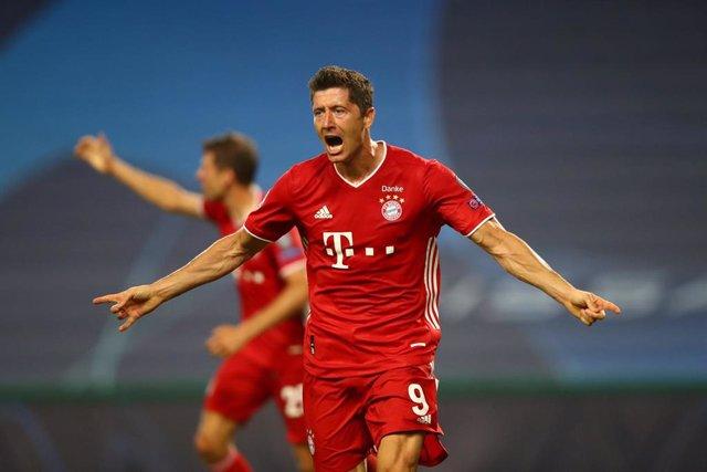Robert Lewandowski marca el tercer gol del Bayern en la semifinal ante el Olympique Lyon