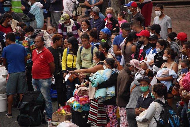 Ciudadanos venezolanos residentes en Colombia esperan los autobuses que les trasladarán desde Cali a la frontera con Venezuela.