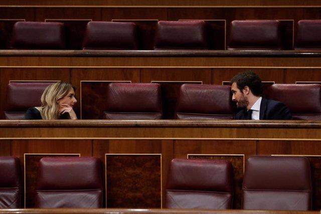 El líder del PP, Pablo Casado (d), conversa con la portavoz del partido Cayetana Álvarez de Toledo (i) durante el pleno del Congreso este miércoles donde se autorizará otra prórroga del estado de alarma solicitada por el Gobierno.