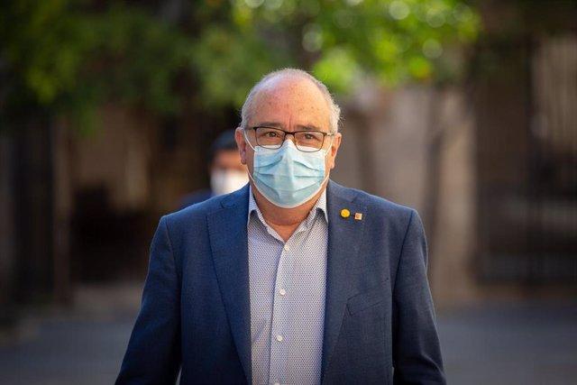 El conseller d'Educació de la Generalitat, Josep Bargalló, a la seva arribada al Palau de la Generalitat el segon dia de la Fase 2 a Catalunya per celebrar el primer Consell Executiu presencial després que en els últims tres mesos els consells s'hi hagi