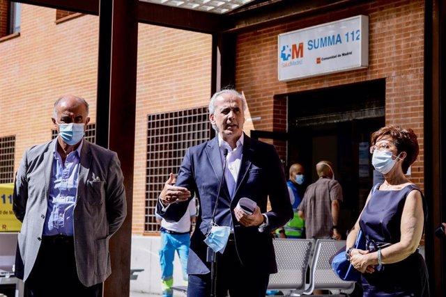 El consejero de Sanidad, Enrique Ruiz Escudero (c), interviene con motivo de su visita al dispositivo organizado durante la jornada donde realizarán PCR a 1.500 vecinos de Villaverde,  a 19 de agosto de 2020.
