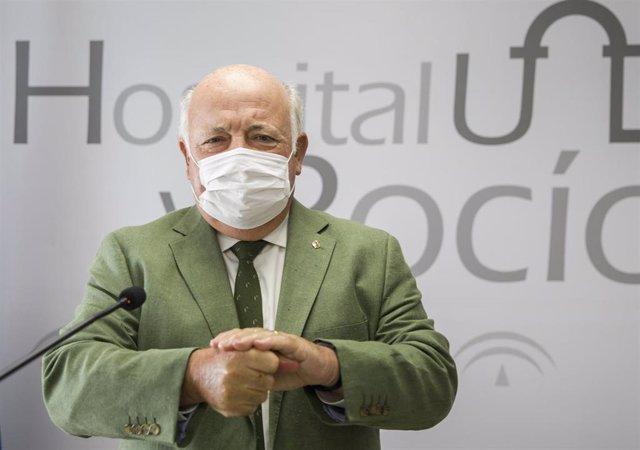 El consejero de Salud y Familias, Jesús Aguirre, en rueda de prensa tras presentar el nuevo equipo Opentrons Covid-19 incorporado al Servicio de Microbiología del Hospital Virgen del Rocío para el análisis de PCR