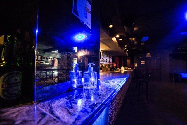 Gel desinfectant en una de les barres d'una discoteca de Madrid.