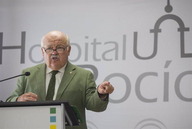 El consejero de Salud y Familias, Jesús Aguirre (i), en rueda de prensa tras presentar el nuevo equipo Opentrons Covid-19 incorporado al Servicio de Microbiología del Hospital Virgen del Rocío para el análisis de PCR