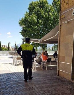 Un policía local de Jaén inspecciona un establecimiento en el marco de la pandemia por covid-19.
