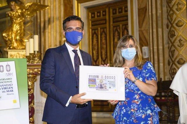El alcalde presenta el cupón de la ONCE en honor a la Virgen del Mar, patrona de Almería
