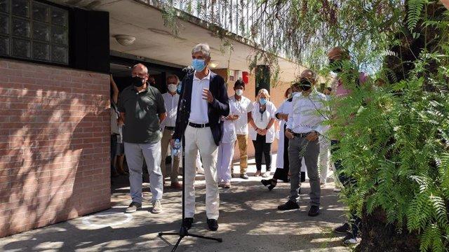 El secretari de Salut Pública, Josep Maria Argimon, en la seva visita al CAP Les Franqueses del Vallès (Barcelona)