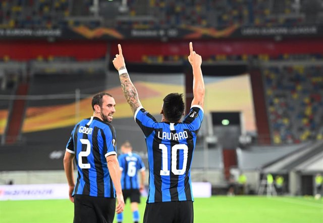 17 August 2020, Duesseldorf: Inter Milan's Lautaro Martinez (R) celebrates scoring his side's third goal with teammate Diego Godin during the UEFA Europa League semi-final soccer match between Inter Milan and FC Shakhtar Donetsk at the Merkur Spiel Arena.