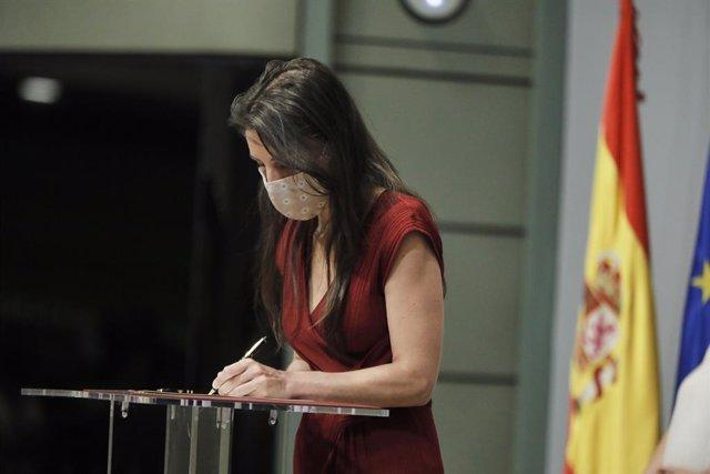 La ministra d'Igualtat, Irene Montero, en roda de premsa a la seu del seu departament