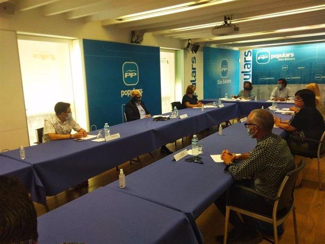 La portavoz del PP en el Congreso de los Diputados, Cuca Gamarra, en la reunión mantenida en la sede del PP balear con representantes de la comunidad educativa.