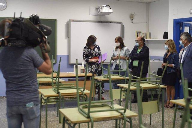 La conselleira de Educación, Universidade e Formación Profesional, Carmen Pomar, en una visita al CPI Cova Terreña de Baiona (Pontevedra) para supervisar la implantación de medidas antiCOVID.