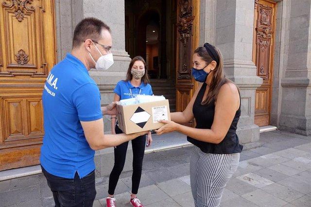 La concejal de Acción Social del Ayuntamiento de Santa Cruz de Tenerife, Rosario González, en la entrega de mascarillas para personas sin hogar