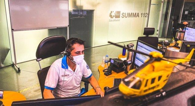 Un operario del centro de Emergencias 112 Comunidad de Madrid