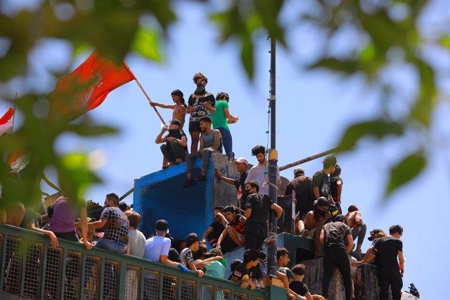 Irak.- Manifestantes en Irak intentan incendiar el edificio del Parlamento en el