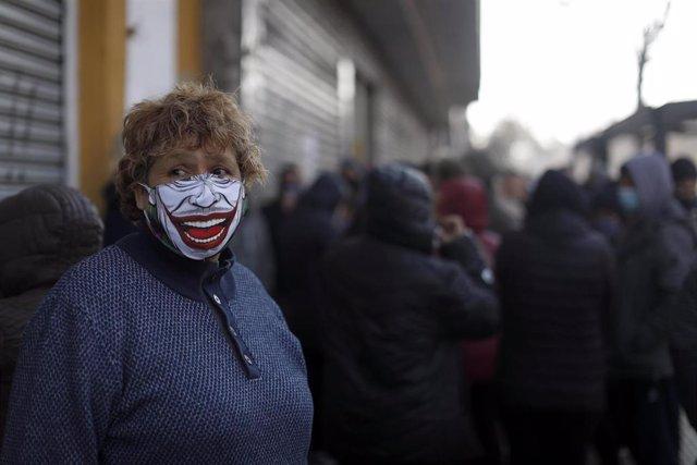 Una mujer con mascarilla en Santiago de Chile