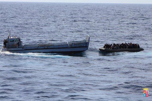 La Marina italiana rescata a un grupo de inmigrantes cerca de la costa de la isla de Lampedusa