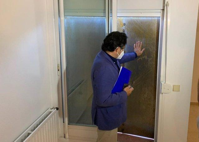 David Pérez visita una casa acondicionada contra la ocupación