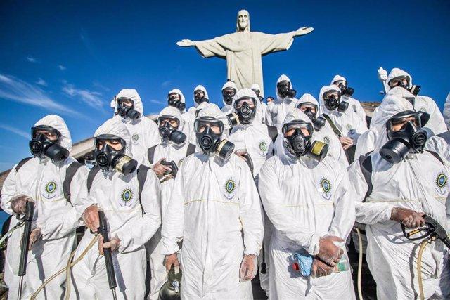 Militares del Ejército de Brasil durante las labores de desinfección de una de las grandes atracciones turísticas de Río de Janeiro, el Cristo de Corcovado.