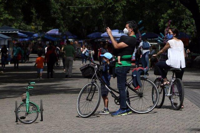 Una familia pasea en bicicleta por el bosque de Chapultepec, un parque urbano situado en Ciudad de México.