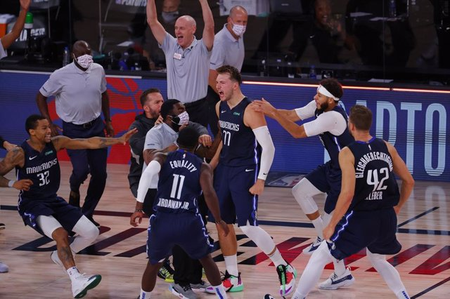 Baloncesto/NBA.- Doncic sella un 'triple-doble' histórico y remata a los Clipper