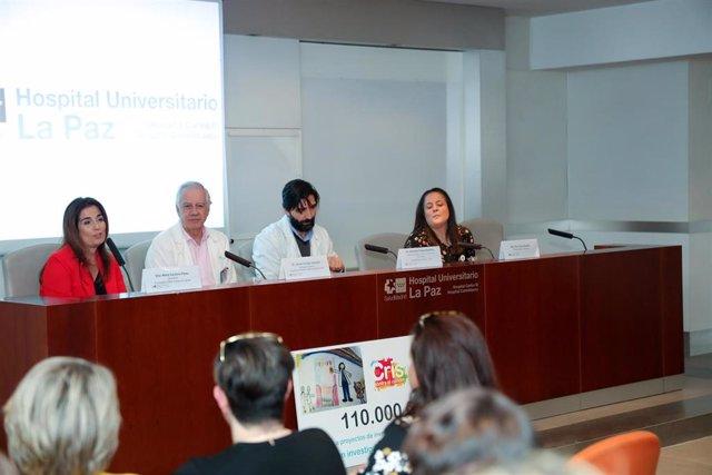 (I-D) La directora de la Fundación CRIS contra el cáncer, Marta Cardona Patau; el subdirector gerente del Hospital Universitario Materno-Infantil La Paz, Javier Cobas Gamallo;