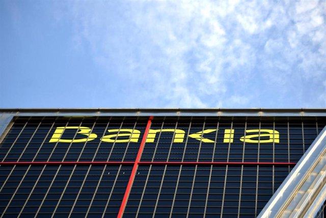 Logo de la entidad bancaria Bankia en su sede en una de las torres Kio de Madrid.