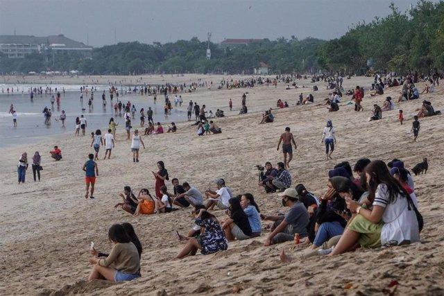 Personas en la playa de Kuta, en la isla indonesia de Bali