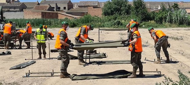 El Ejército ayuda a habilitar el pabellón para los temporeros que deben permanecer confinados en Albalate de Cinca