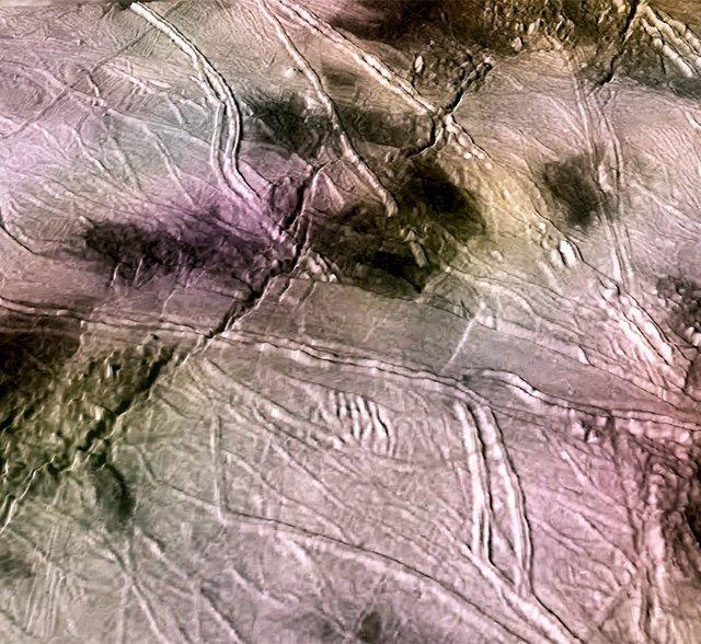 Una reorientación de la capa helada cerró la fractura de la luna Europa