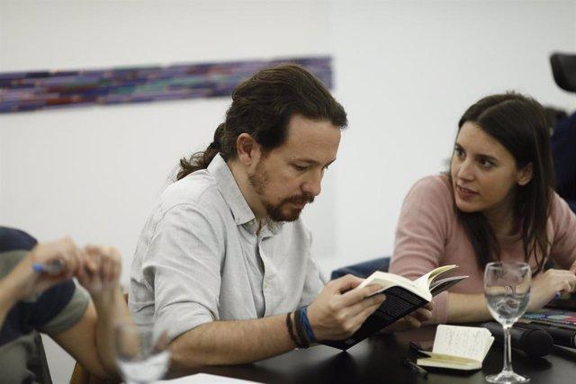 Pablo Iglesias e Irene Montero en una reunión de Podemos