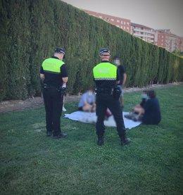 Imagen de archivo de agentes de la Policía Local de Jaén con un grupo de personas en un parque.