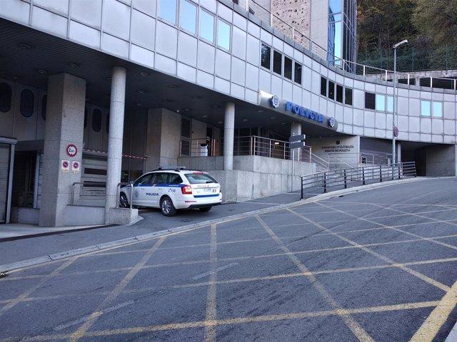 Un vehicle policial accedint a l'edifici que alberga el Despatx Central de la Policia