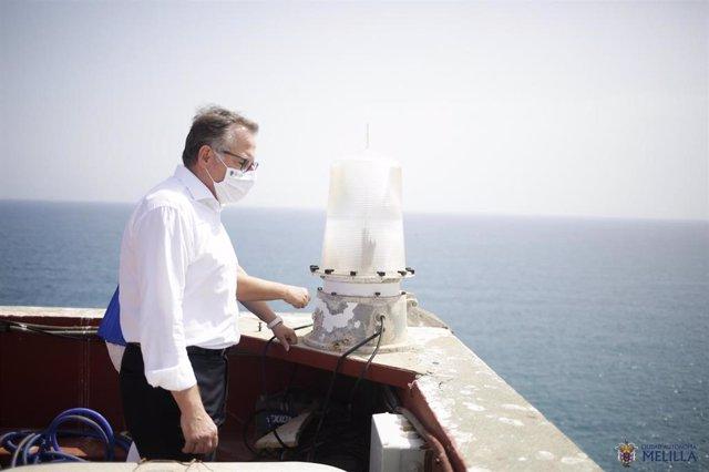 El presidente de Melilla, Eduardo de Castro, durante una visita al faro
